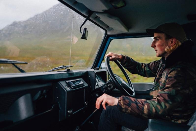 Man die met een vrachtwagen rijdt
