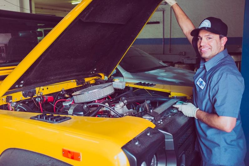 Homme qui répare une voiture