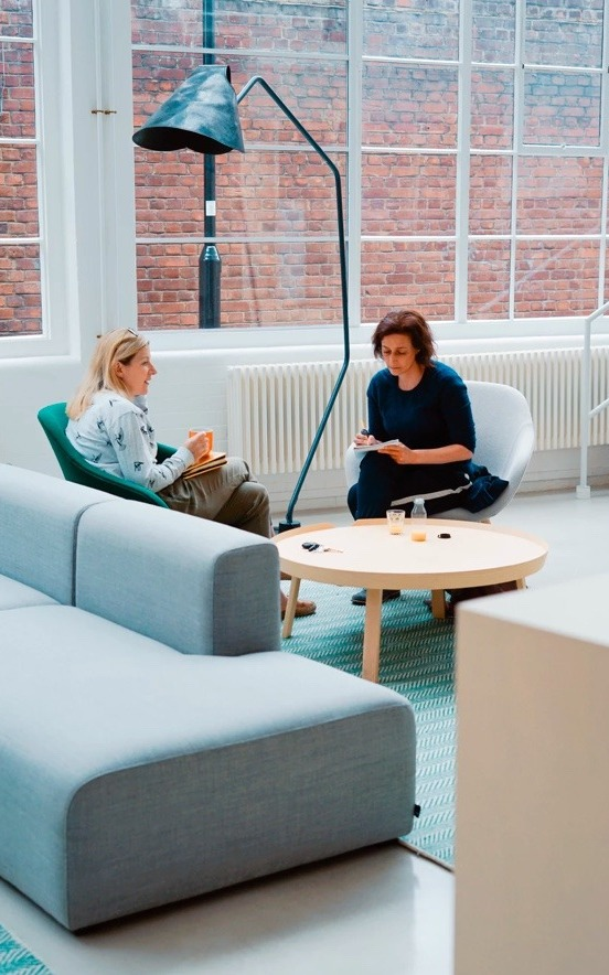 Deux femmes assises qui discutent